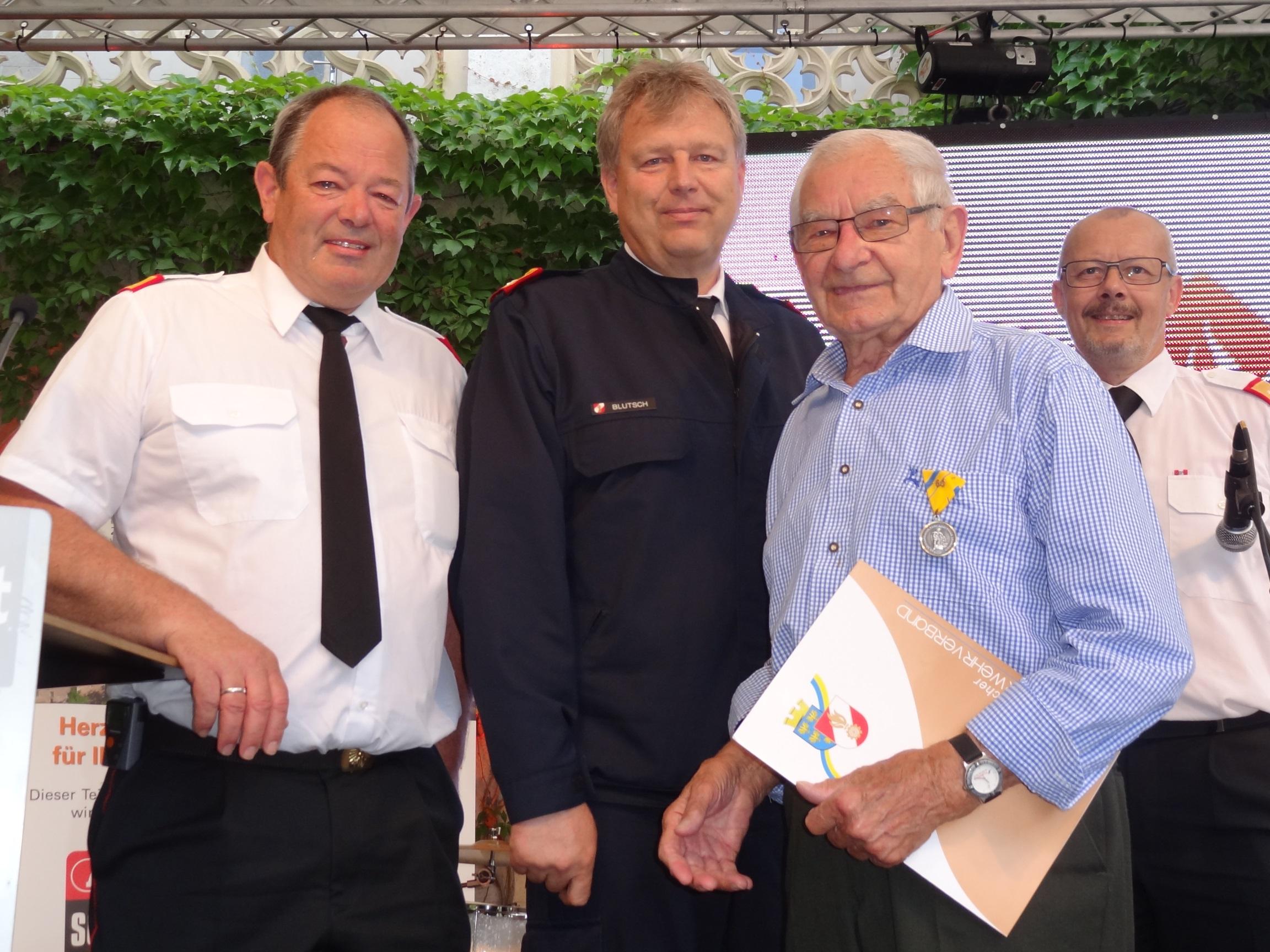 Ehrenmedaille für 60 Jahre verdienstvolle Tätigkeit im Feuerwehrwesen an EBR Johann Engelbrechtsmüller